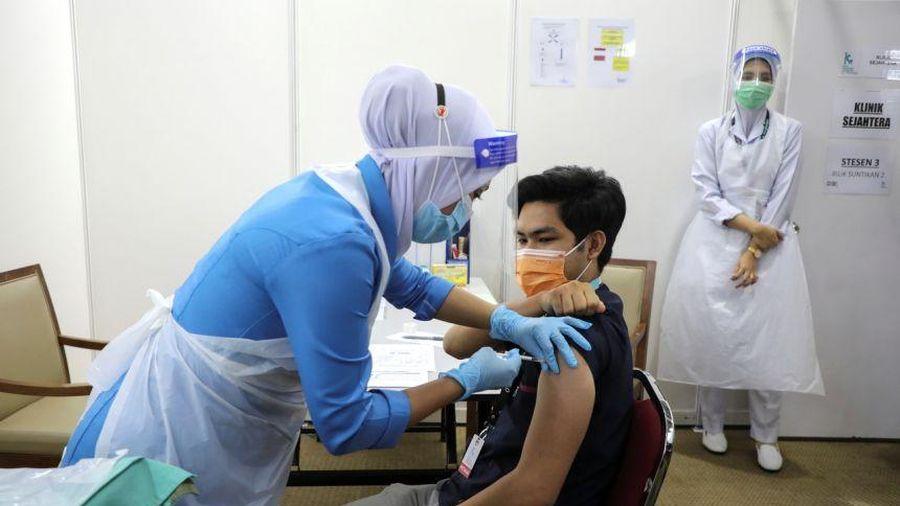 Hàng trăm nhân viên y tế Malaysia nhiễm COVID sau khi tiêm vaccine