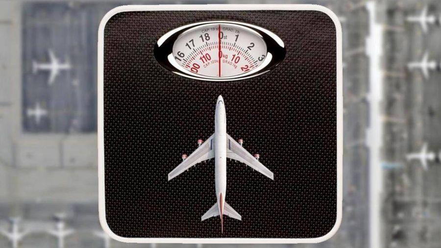 Hành khách bất ngờ phải đo cân nặng trước khi lên máy bay