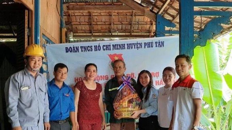 Huyện đoàn Phú Tân trao quà cho gia đình chiến sĩ đang thi hành nghĩa vụ tại hải đảo
