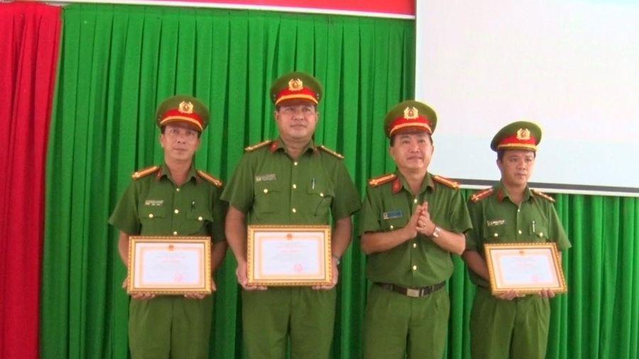 Công an huyện Phú Tân nhận khen thưởng trong thực hiện dự án sản xuất, quản lý và cấp căn cước công dân