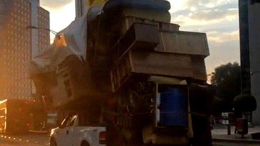 Bán tải F-150 chở đồ cao ngất lượn phố gây 'sốc'