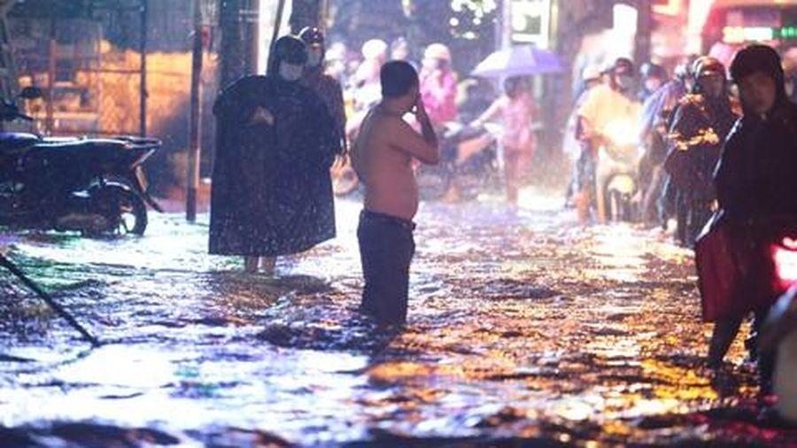 Mưa 'trắng trời', đường sá nhiều nơi ở Sài Gòn như sông
