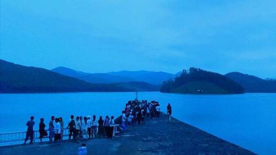 2 cô gái trượt chân ngã xuống hồ chết đuối thương tâm