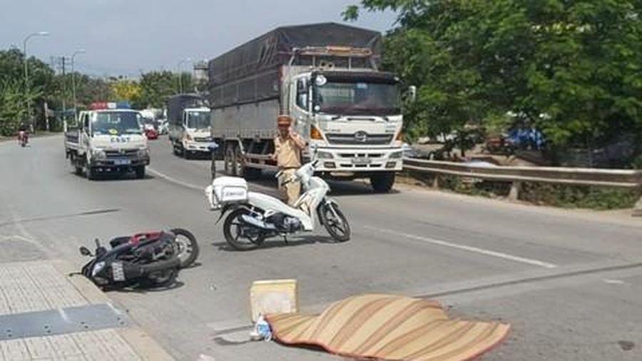 Xe đầu kéo va chạm xe máy trên cầu, 1 người tử vong, ùn tắc 3km