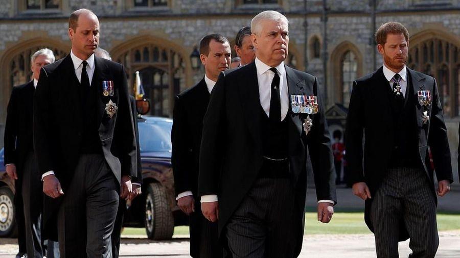 Hoàng tử Harry và anh trai William lần đầu đoàn tụ tại tang lễ ông nội