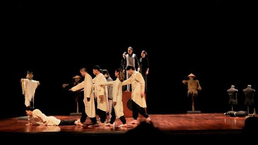 Dựng trọn vẹn vở ''Edip làm vua'' trên sân khấu Việt