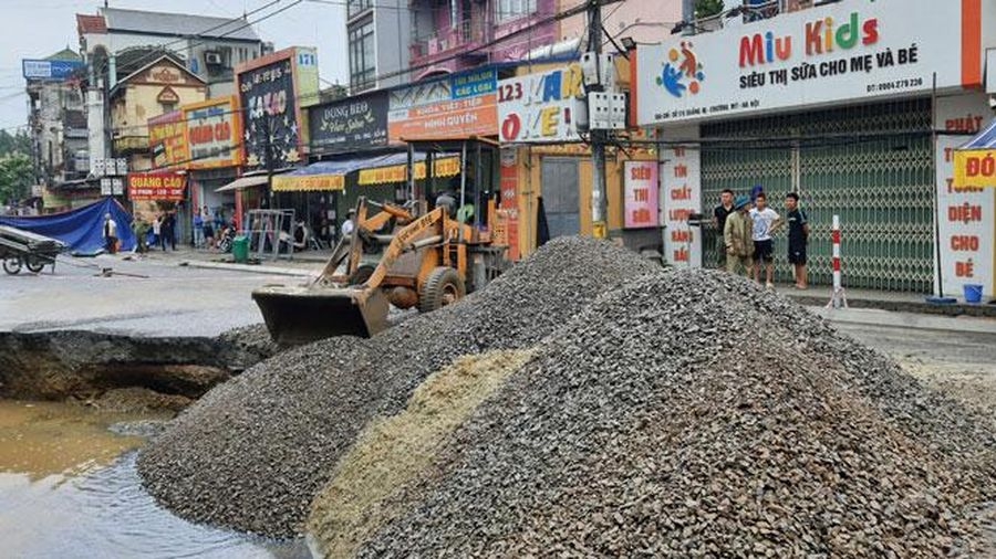 Huyện Chương Mỹ lấp hố sụt lún đất ở xã Quảng Bị