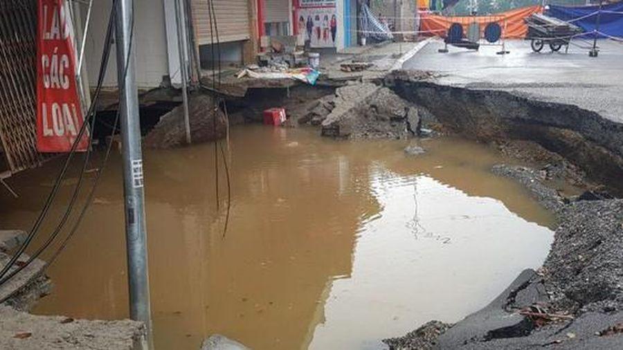 Sau trận mưa lớn, 'hố tử thần' ở Hà Nội tiếp tục lan rộng