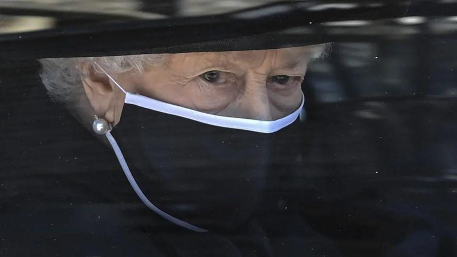 Tại sao Nữ hoàng Elizabeth không khóc trong đám tang chồng?