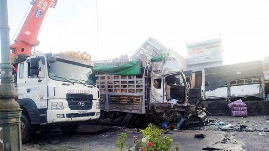Tai nạn giao thông mới nhất hôm nay 18/4: Xe đầu kéo cuốn xe điện vào gầm, nữ tài xế tử vong thương tâm