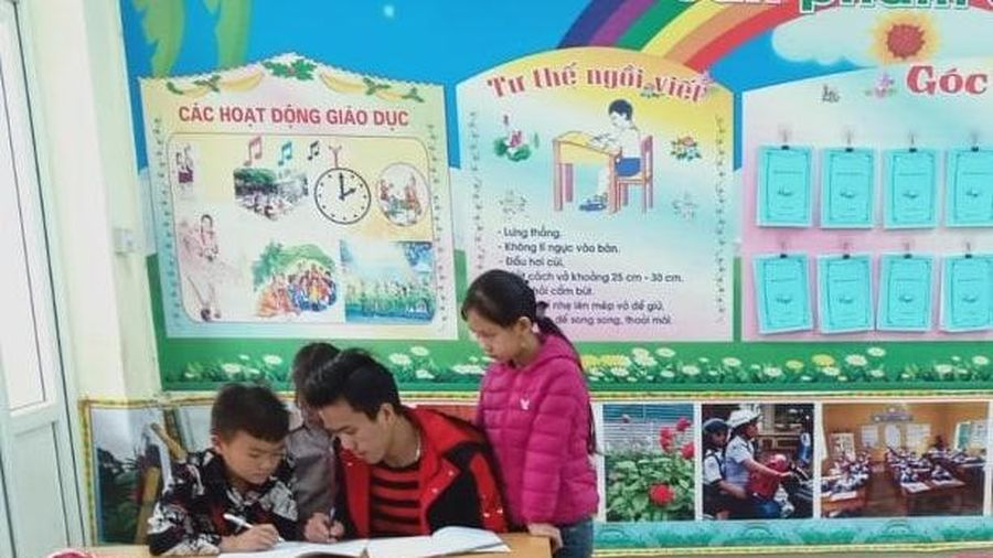 Khát khao đến trường của cậu bé dân tộc Mông bị liệt 2 chân