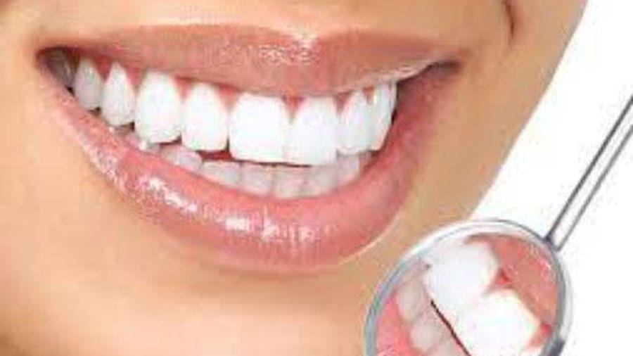 Răng xỉn ố vàng tới mấy dùng thứ chưa tới 1 ngàn này đảm bảo mọi mảng bám dày cỡ nào cũng bong tróc
