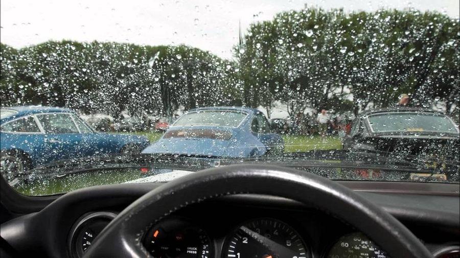 Mẹo làm khô hơi nước đọng trên kính ô tô