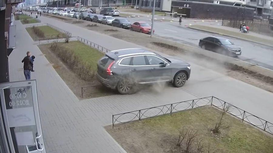 Nhầm chân ga, ô tô lùi xuyên dải phân cách đâm sầm vào nhà dân