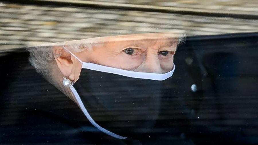 Nữ hoàng Elizabeth II giữ bức ảnh chụp cùng Hoàng thân Philip trong suốt tang lễ của ông