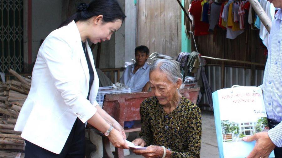 Hậu Giang thành lập nhiều đoàn thăm hỏi và tặng quà cho người khuyết tật