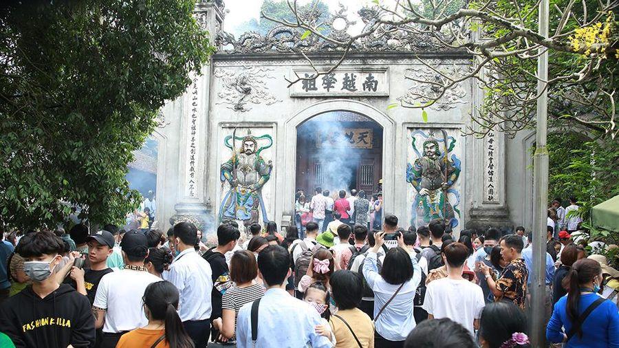 Hơn 30.000 lượt du khách hành hương về đền Hùng