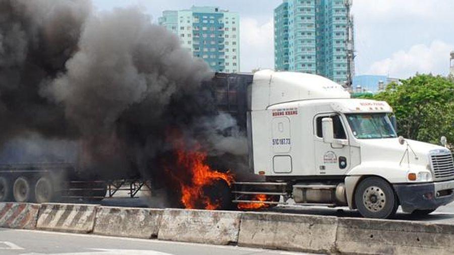 Hoảng loạn thấy xe container vừa chạy vừa cháy dữ dội ở TP Thủ Đức