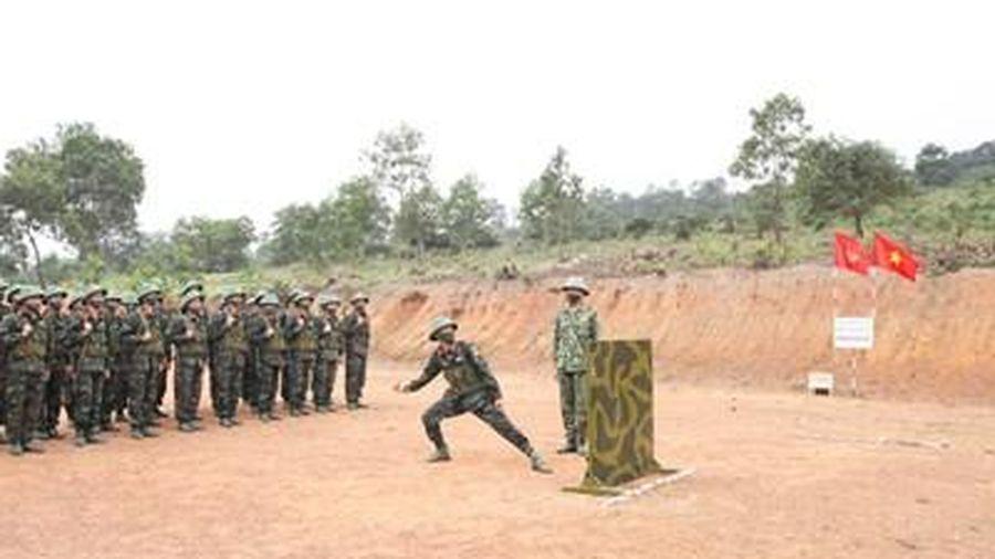 Kết hợp rèn động tác với luyện tâm lý cho chiến sĩ mới