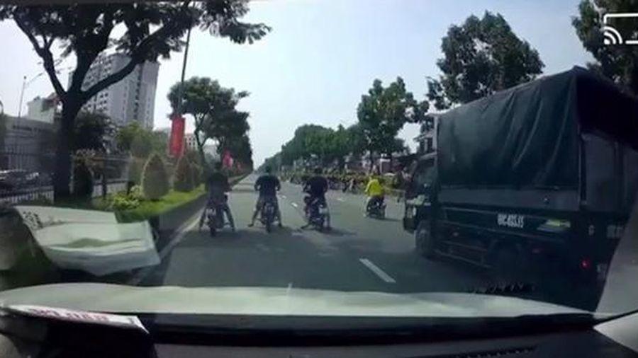 'Quái xế' ngang nhiên chặn làn xe ô tô đường Trường Chinh để đua tốc độ