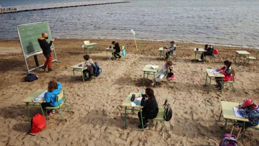 Dạy học độc lạ mùa Covid-19: 'Gieo chữ' trên bãi biển