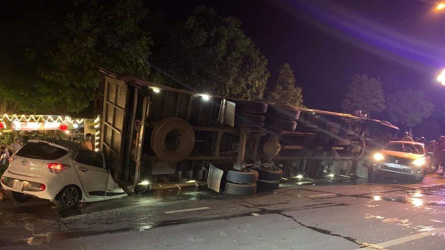 Bình Dương: Xe tải lật nghiêng đè bẹp xe con chở 4 người