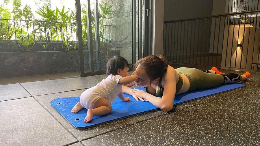 Con gái Đàm Thu Trang cùng mẹ tập Yoga, động thái của Cường Đô La gây chú ý