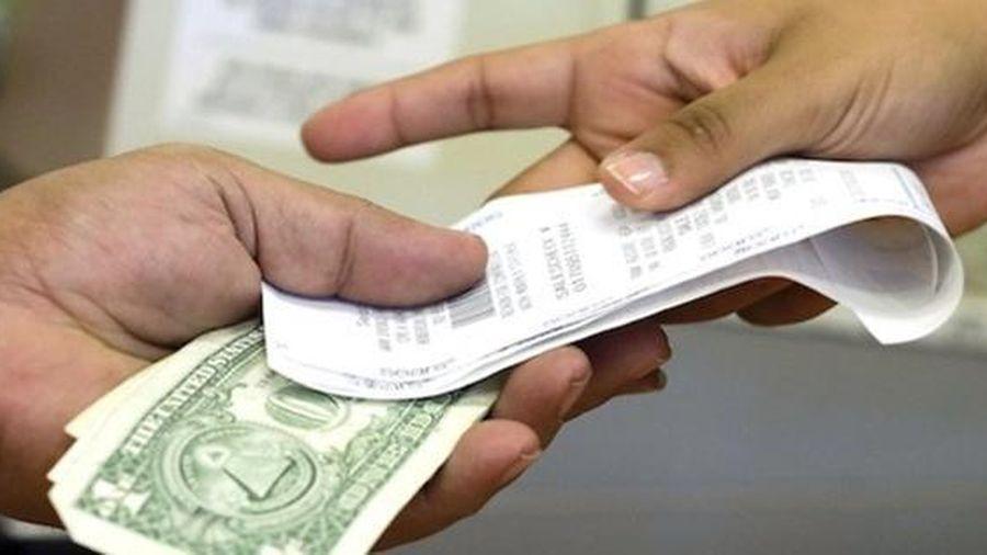 Vào cửa hàng giá rẻ, hai phụ nữ muốn mua nhiều phiếu quà tặng bằng tờ tiền 1 triệu đôla