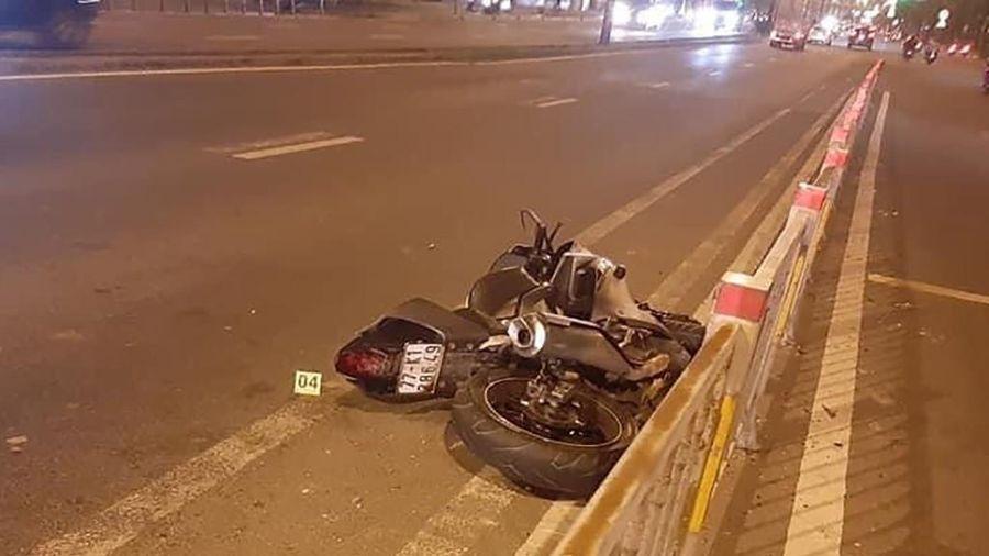 Chạy xe máy trong làn ô tô, thanh niên ngã xe tử vong