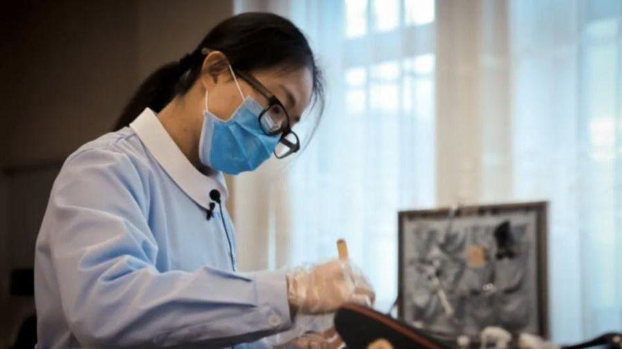 Cô gái Trung Quốc trang điểm cho xác chết