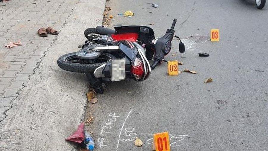 Bị giật điện thoại, cô gái ở TP.HCM lao xe máy vào toán cướp