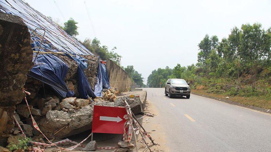 Quảng Nam: Taluy dương sạt lở trôi xuống QL14, đe dọa người đi đường