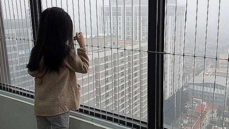 Hiểm họa từ cửa sổ, ban công nhà chung cư: CĐT có phải chịu trách nhiệm?
