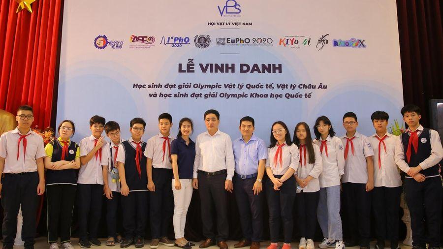 Vinh danh 120 học sinh giành giải Vật lý và khoa học quốc tế