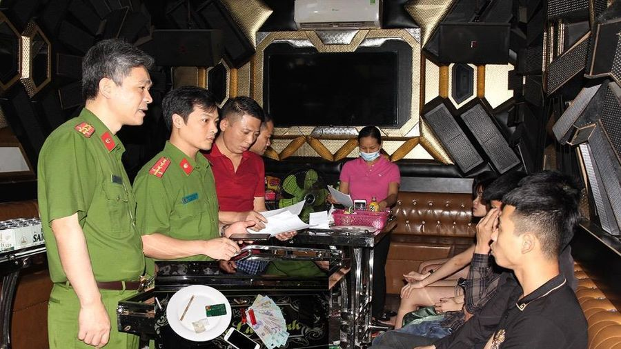 Bắt 3 cặp đôi 'bay lắc' trong quán karaoke
