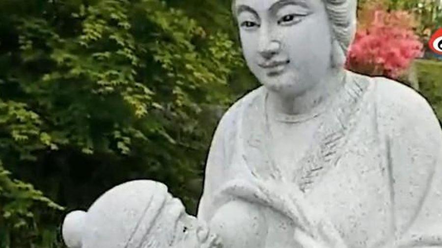 Dư luận Trung Quốc tranh cãi gay gắt về bức tượng con dâu vạch áo cho mẹ chồng bú sữa