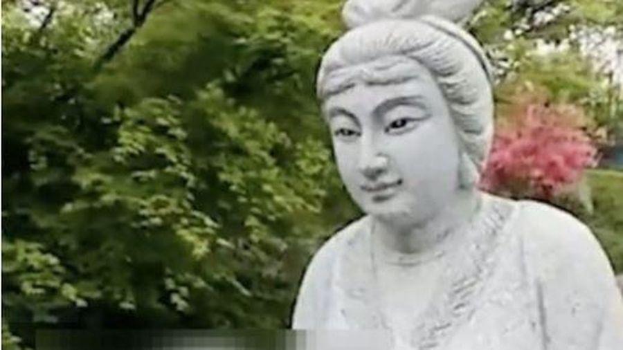 Bức tượng mẹ chồng-nàng dâu trong tư thế nhạy cảm gây tranh cãi