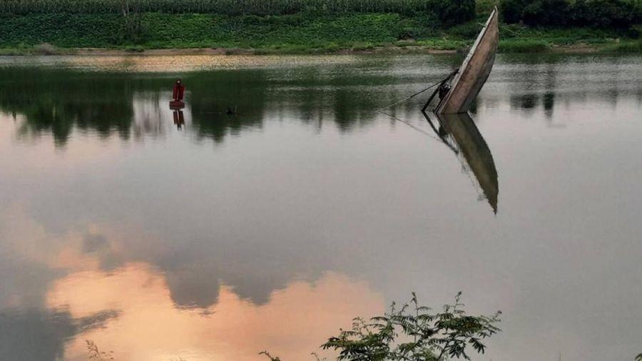 Tàu cát bị chìm, trồi mũi trên sông Thạch Hãn gây xôn xao