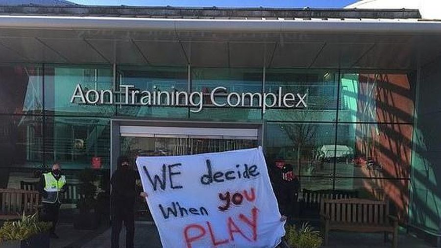 Cổ động viên M.U nổi loạn, biểu tình chặn thầy trò HLV Solskjaer đến sân tập