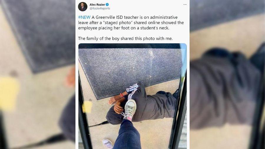 Giáo viên bị đình chỉ vì chụp ảnh mình đặt chân lên cổ học sinh da màu