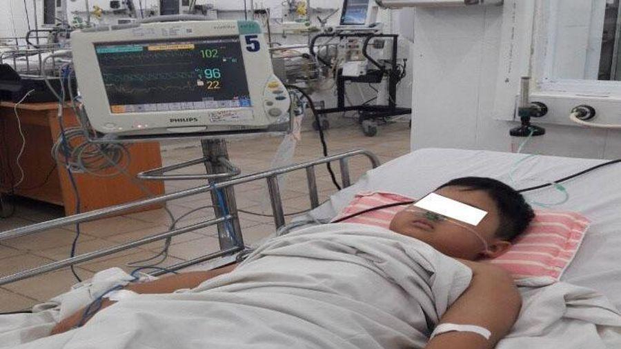Bé trai bị ngộ độc nặng khiến máu từ màu đỏ chuyển sang màu nâu