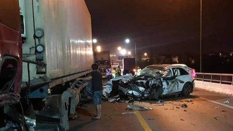 Ô tô con va chạm với container, 1 người tử vong