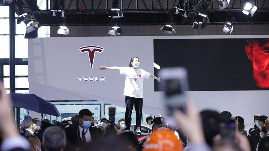 Tesla chịu sức ép lớn tại thị trường Trung Quốc sau lời phản đối từ khách hàng