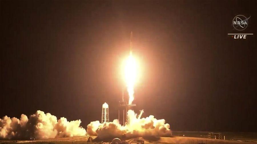 Tàu tên lửa của SpaceX phóng bốn phi hành gia lên trạm vũ trụ