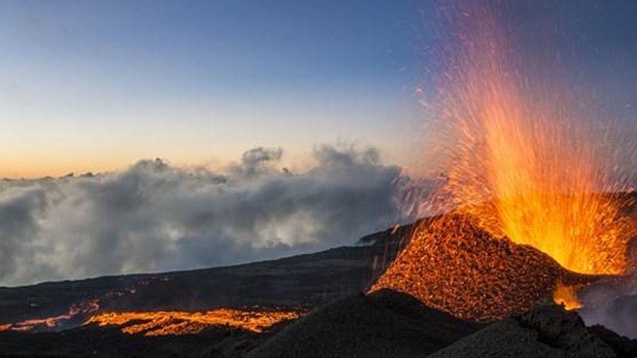 Pháp: Hai vận động viên thiệt mạng khi đi qua gần miệng núi lửa phun trào ở đảo Reunion