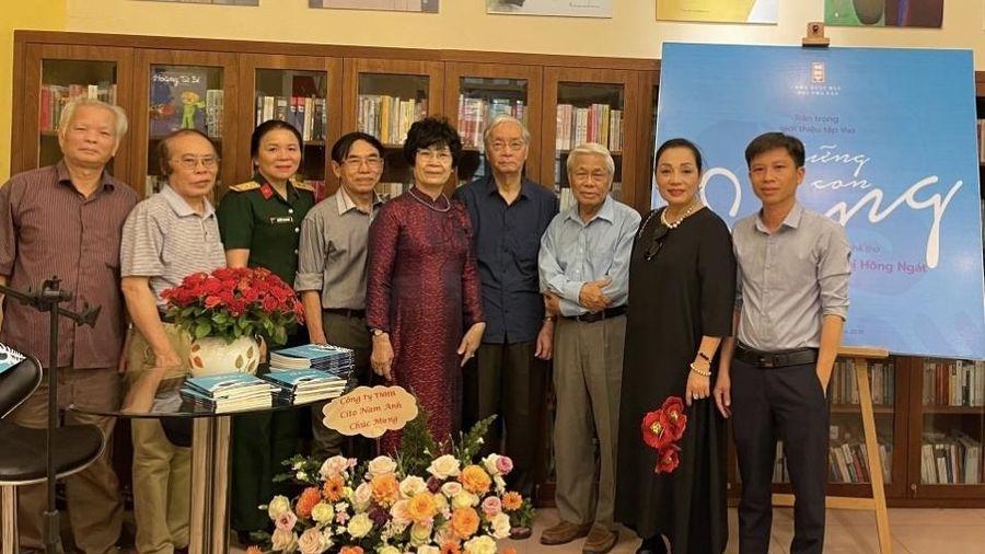 Ra mắt tập thơ 'Những con sóng' của nhà biên kịch Nguyễn Thị Hồng Ngát