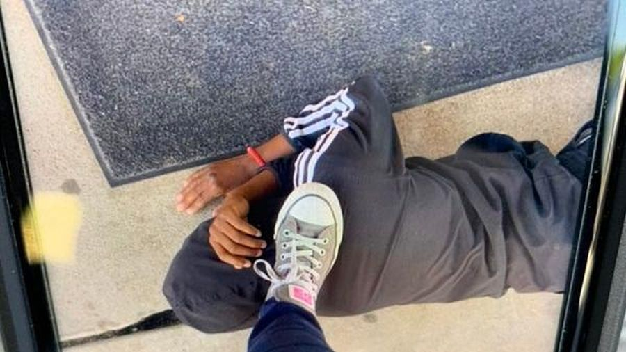 Mỹ điều tra vụ giáo viên đạp chân lên cổ học sinh da màu