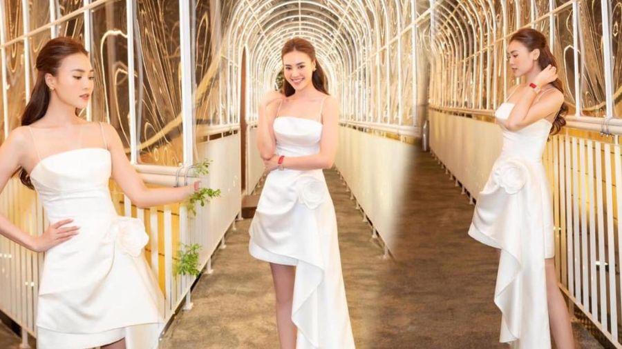 Ninh Dương Lan Ngọc diện váy trắng bất đối xứng, xinh ngút ngàn khi đi ăn cưới