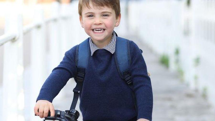Sinh nhật 3 tuổi: Hoàng tử Louis đi học bằng xe đạp