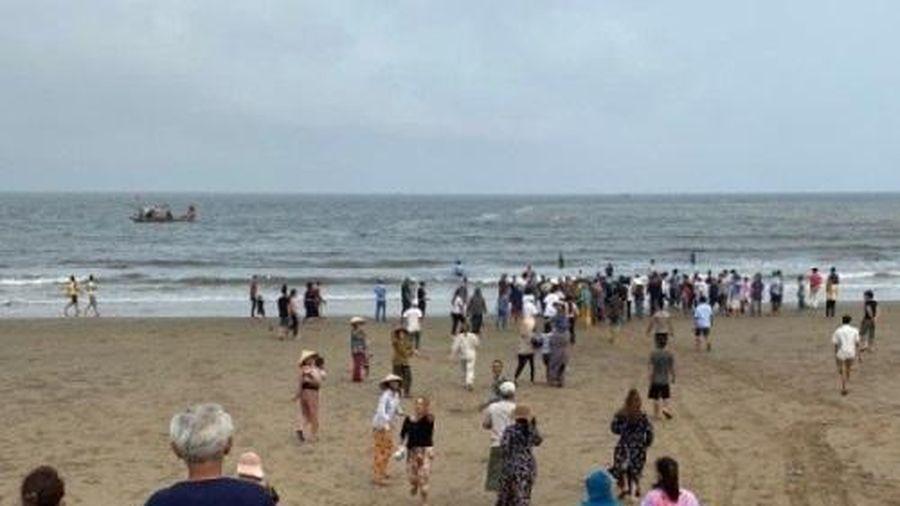 Thanh Hóa: Đi tắm biển, 4 học sinh bị nước biển cuốn trôi